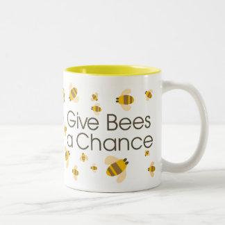 Dé a abejas una taza de la ocasión