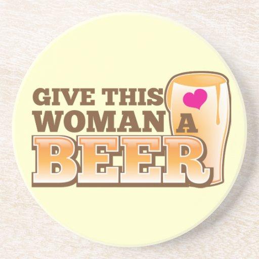 ¡Dé a esta MUJER una cerveza! Posavasos Para Bebidas