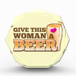 ¡Dé a esta MUJER una cerveza!