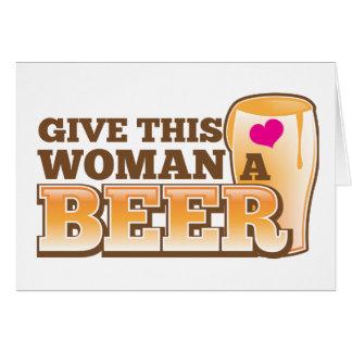 ¡Dé a esta MUJER una cerveza! Tarjeta De Felicitación