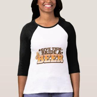Dé a esta NOVIA un ND de la cerveza Remeras