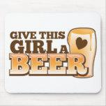 Dé a este chica un ND de la cerveza Tapetes De Ratones