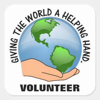 Dé a mundo una mano amiga y un voluntario pegatina cuadrada