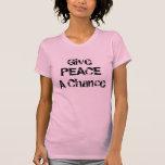 Dé a paz una camisa de las mujeres de la ocasión