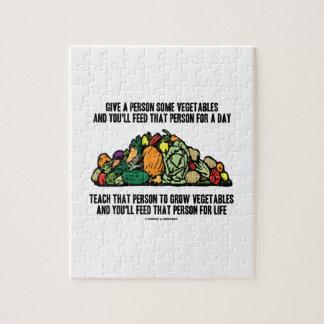 Dé a persona algunas verduras alimentación para de puzzles con fotos