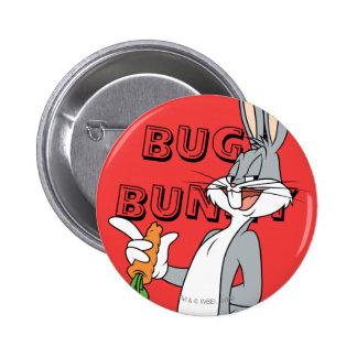 ™ de BUGS BUNNY con la zanahoria Pin Redondo De 2 Pulgadas