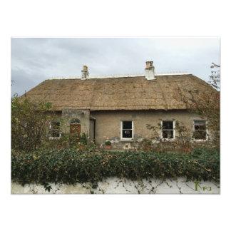 De casa de tejado cubierto con paja quintaesencial impresiones fotográficas