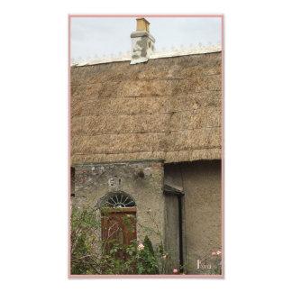 De casa de tejado cubierto con paja quintaesencial fotografía