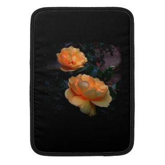 De color amarillo oscuro - rosas anaranjados en n funda macbook air