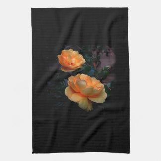 De color amarillo oscuro - rosas anaranjados, en n toalla