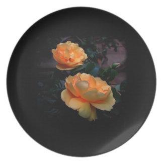 De color amarillo oscuro - rosas anaranjados en n plato de cena