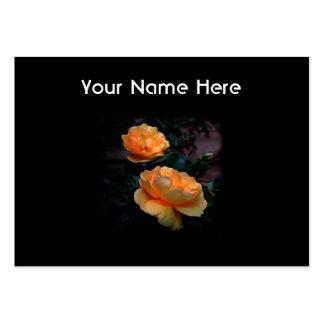 De color amarillo oscuro - rosas anaranjados, en tarjetas de visita grandes