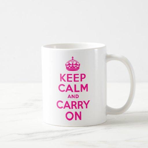 De color rosa oscuro guarde la calma y continúe taza básica blanca