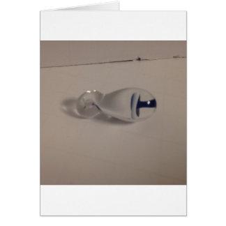 dé el colgante de cristal azul y blanco soplado de tarjeta de felicitación