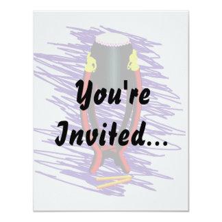 """Dé el tambor en soporte con el fondo de la púrpura invitación 4.25"""" x 5.5"""""""