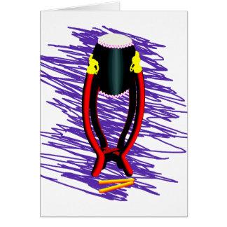 Dé el tambor en soporte con el fondo de la púrpura tarjeta pequeña