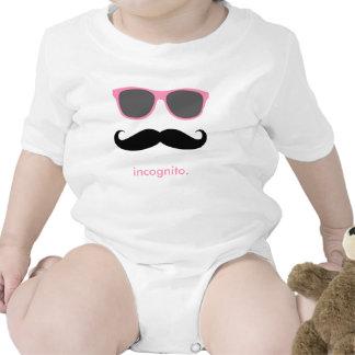 de incógnito - bigote divertido y sombras rosadas camiseta