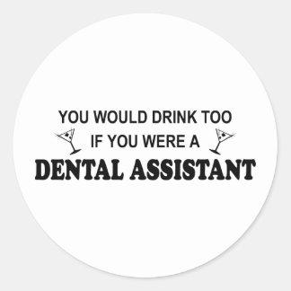 De la bebida ayudante de dentista también - pegatina redonda
