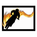 De la bici de la suciedad del camino con las llama
