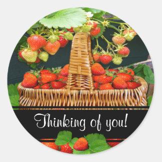 ~ de la cesta de Sstrawberry que piensa en usted p Etiquetas Redondas