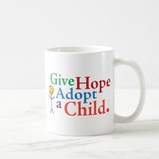 Dé la esperanza adoptan a un niño taza
