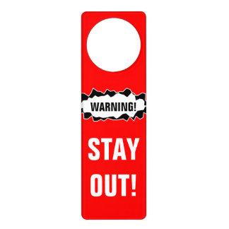 De la estancia la señal de peligro hacia fuera el colgantes para puertas