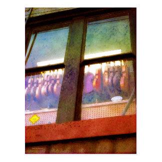 De la música de la tienda ventana detrás postales