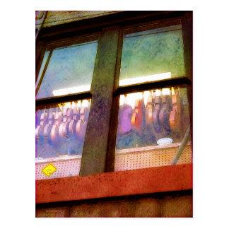 De la música de la tienda ventana detrás postal