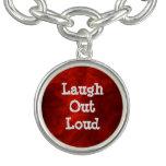 De la risa rojo hacia fuera ruidosamente pulseras