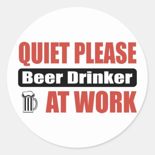 De la tranquilidad bebedor de cerveza por favor en pegatina redonda
