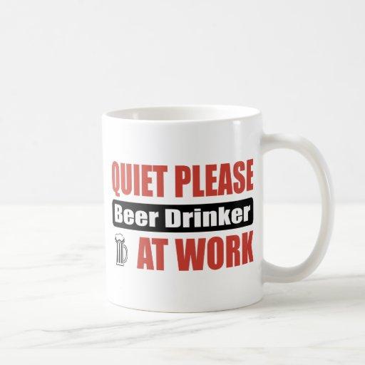 De la tranquilidad bebedor de cerveza por favor en taza básica blanca