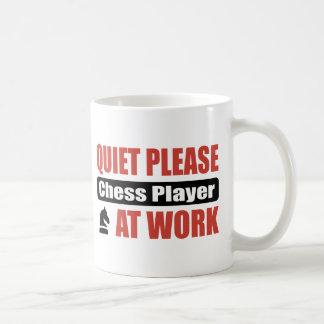 De la tranquilidad jugador de ajedrez por favor en taza de café