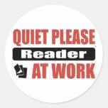 De la tranquilidad lector por favor en el trabajo pegatina redonda