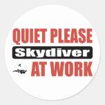 De la tranquilidad Skydiver por favor en el trabaj Pegatinas Redondas