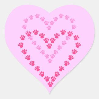 De las patas impresiones de la pata del rosa del pegatina en forma de corazón