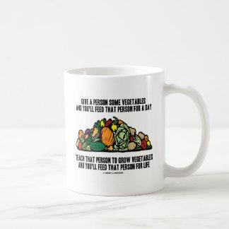 Dé las verduras que la persona de la alimentación  tazas de café