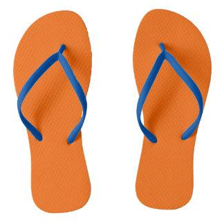 De los flips-flopes naranja uni