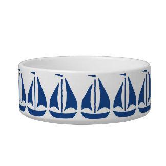 De muy buen gusto azul náutico del velero comedero para mascota