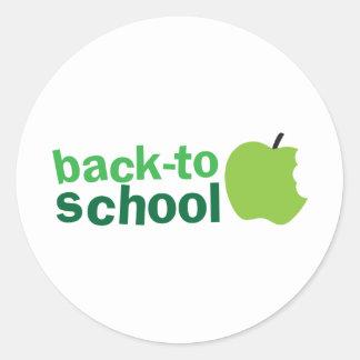 de nuevo a escuela con la manzana verde pegatina redonda