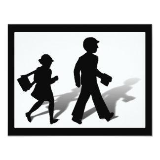 De nuevo a la escuela - el caminar de los niños de anuncio
