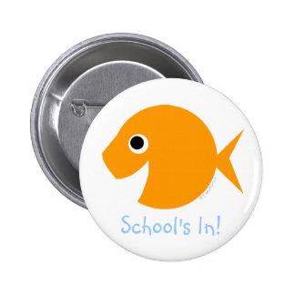 """De nuevo a la escuela """"escuela adentro!"""" Goldfish Pin Redondo De 2 Pulgadas"""