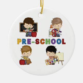 De nuevo a muchacho del preescolar de la escuela adorno navideño redondo de cerámica