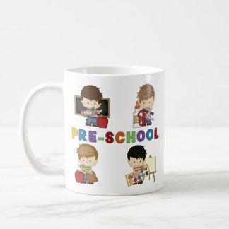 De nuevo a muchacho del preescolar de la escuela tazas de café