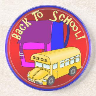 De nuevo al autobús escolar y a la mochila rosada posavasos para bebidas