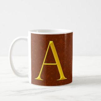 De oro un monograma taza básica blanca