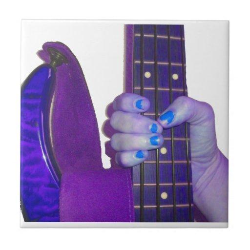 Dé sostener la guitarra baja foto azul y púrpura azulejo cuadrado pequeño
