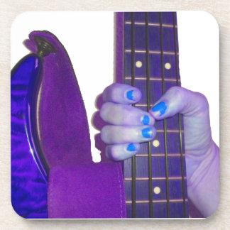 Dé sostener la guitarra baja foto azul y púrpura posavasos de bebida