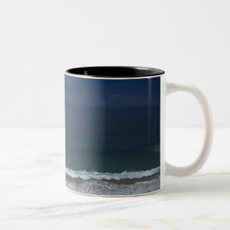 De tormenta de las nubes mar del ot hacia fuera taza de café de dos colores