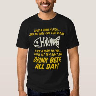 Dé una camiseta de los pescados del hombre remera