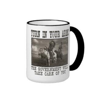 Dé vuelta en sus brazos taza de café